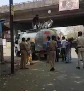 टैंकर में छिपकर जा रहे गांववालों को पुलिस ने हिरासत में लिया