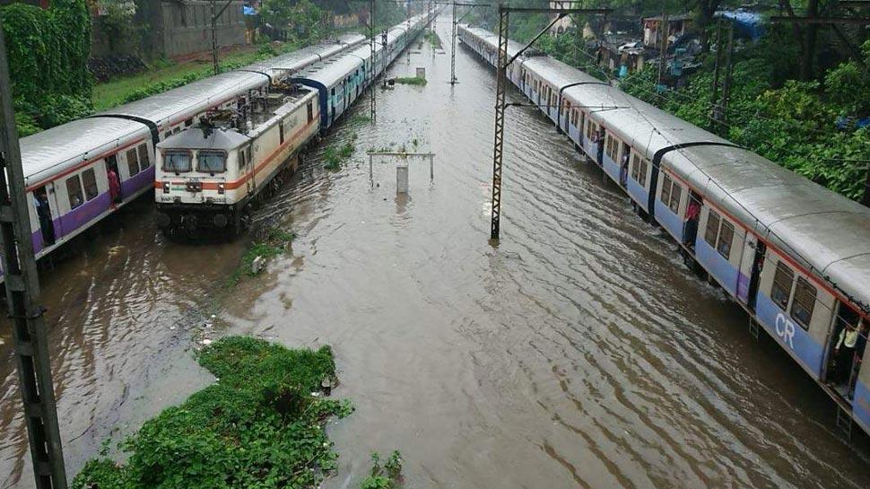 मुंबई: बारिश में फंसी 2000 यात्रियों को ले जा रही ट्रेन, मदद को भेजी गई एनडीआरएफ